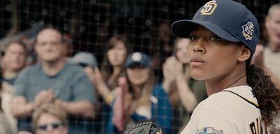 Kylie Bunbury setzt sich im Trailer zu Pitch als erste Pitcherin in der Major League durch.