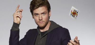 Jack Cutmore-Scott als Cameron Black
