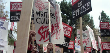 Bild zu:  Autoren protestieren bei einer Demonstration der WGA im November 2007