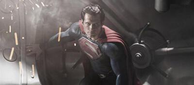 Superman, der Mann aus Stahl, vor einem Stahl-Safe