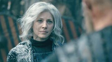 Lagertha überreicht Björn das Schwert im Finale der 5. Staffel von Vikings