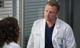 Grey's Anatomy - Staffel 15, Grey's Anatomy - Staffel 15 Episode 20 mit Kevin McKidd - Bild 9