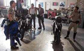 CHiPs mit Michael Peña, Dax Shepard, Rene Moran und Arturo del Puerto - Bild 3