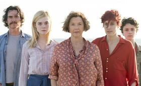 20th Century Women mit Elle Fanning, Greta Gerwig, Billy Crudup, Annette Bening und Lucas Jade Zumann - Bild 25