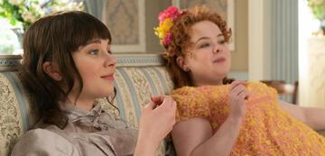 Bridgerton: Eloise mit Penelope (aka Lady Whistledown)