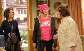 Roseanne Revival, Roseanne Revival - Staffel 1 mit Sara Gilbert, Laurie Metcalf und Roseanne Barr - Bild 3