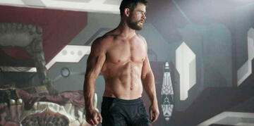 Chris Hemsworth in Thor 3: Ohne Hemd, angespannt