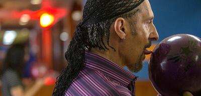 Jesus Quintana mit seiner Bowlingkugel