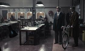 Mitten im Circus - Peter Guillam (Benedict Cumberbatch) und Bill Haydon (Colin Firth) mit Rad auf Flirtkurs - Bild 13