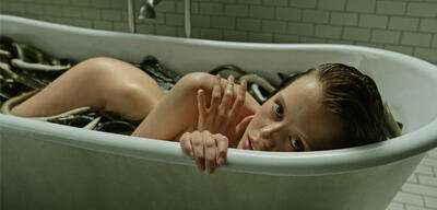 A Cure for Wellness mit Dane DeHaan und Mia Goth