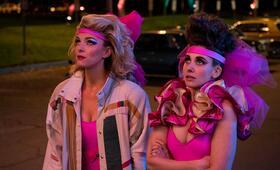 GLOW, GLOW - Staffel 3 mit Alison Brie und Betty Gilpin - Bild 15