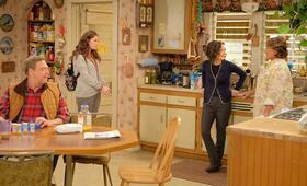 Roseanne Revival, Roseanne Revival - Staffel 1 mit John Goodman, Sara Gilbert, Roseanne Barr und Emma Kenney - Bild 18