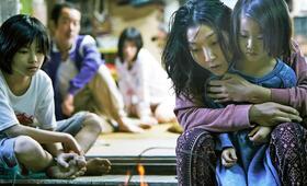Shoplifters - Familienbande mit Sakura Ando, Mayu Matsuoka, Lily Franky, Miyu Sasaki und Jyo  Kairi - Bild 1