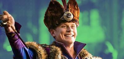 Billy Magnussen als Prinz Andersin Aladdin