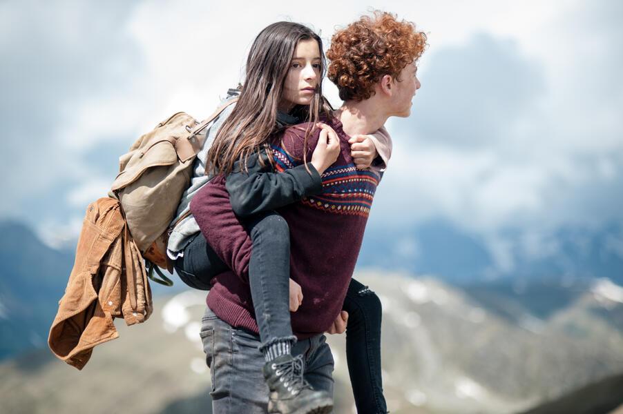 Amelie rennt mit Mia Kasalo und Samuel Girardi