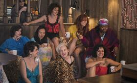 GLOW - Staffel 2 mit Alison Brie, Ellen Wong, Gayle Rankin, Shakira Barrera, Kate Nash, Kia Stevens, Rebekka Johnson, Kimmy Gatewood und Jackie Tohn - Bild 1