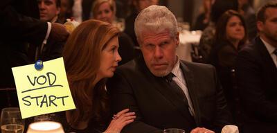 Dana Delany und Ron Perlman in Hand of God