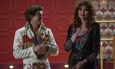 GLOW, GLOW - Staffel 3 mit Geena Davis und Chris Lowell - Bild 2