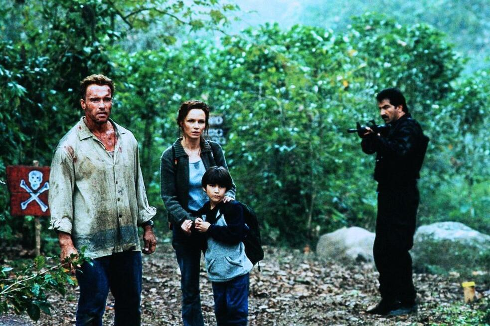 Collateral Damage mit Arnold Schwarzenegger, Tyler Posey und Francesca Neri