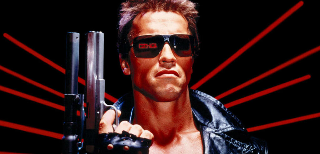 Arnold Schwarzenegger bekommt eine Terminator-Pfeife