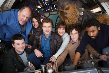 Phil Lord und Chris Miller mit dem ursprünglichen Cast von Solo: A Star Wars Story