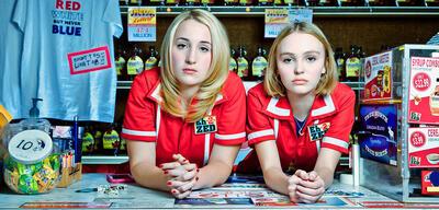 Harley Quinn Smith und Lily-Rose Depp als Yoga Hosers