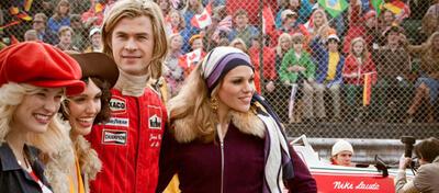 Ein skeptischer Niki Lauda beäugt James Hunt