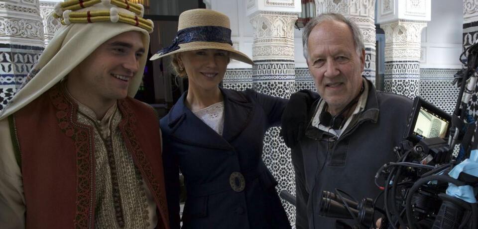 Robert Pattinson, Nicole Kidman und Werner Herzog am Set von Queen of the Desert