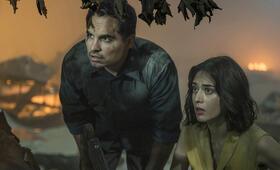 Extinction mit Michael Peña und Lizzy Caplan - Bild 3