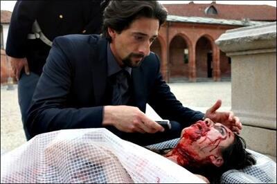 Adrien Brody inspiziert eines der Opfer