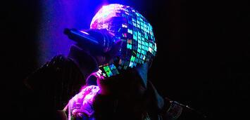 Bild zu:  Der Discokugelmann im Konzertfilm Yeezus