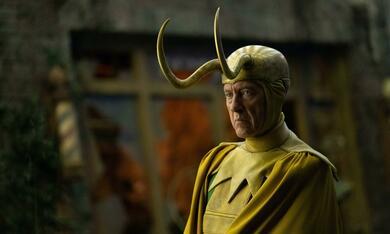 Loki, Loki - Staffel 1, Loki - Staffel 1 Episode 5 mit Richard E. Grant - Bild 6