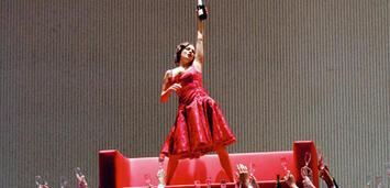 Bild zu:  Sempre libera - Anna Netrebko als umschwärmte Violetta