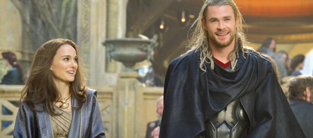 Natalie Portman und Chris Hemsworth freuen sich über den 1. Platz der Kino-Charts