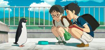 Aoyama und Uchida betrachten einen Pinguin