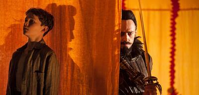 Levi Miller und Hugh Jackman in Pan