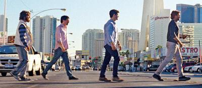 Alan, Stu, Doug und Phil aus Hangover 3 beim Überqueren einer Straße in Las Vegas