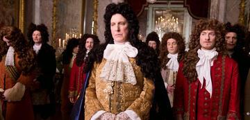 Alan Rickman als König Ludwig XIV in Die Gärtnerin von Versailles