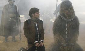 Solo: A Star Wars Story mit Woody Harrelson, Alden Ehrenreich und Joonas Suotamo - Bild 4