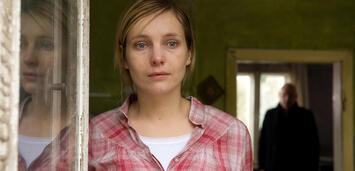 Bild zu:  Nadja Uhl als untröstliche Witwe in Der Tote im Spreewald