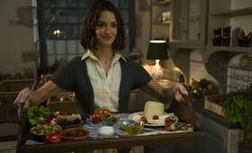 Charlotte Le Bon in Madame Mallory und der Duft von Curry - Bild 17