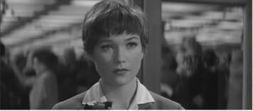Shirley MacLaine als Miss Kubelik