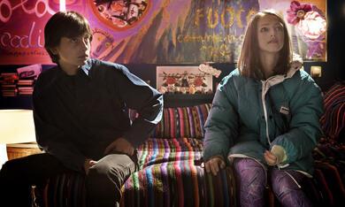 Alice (Arianna Nastro) und Mattia (Vittorio Lomartire) als Teenager auf der Party, auf der sie sich erstmals näher kommen © Copyright: NFP / Bavaria Pictures, Simone Martinetto - Bild 5