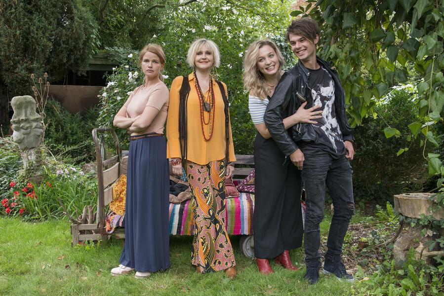 Chaos-Queens - Lügen, die von Herzen kommen mit Mira Bartuschek, Anna König, Tom Gronau und Katharina M. Schubert