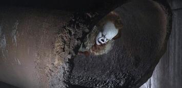 Bild zu:  Bill Skarsgård als Clown Pennywise in It