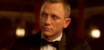 James Bond lauscht gebannt
