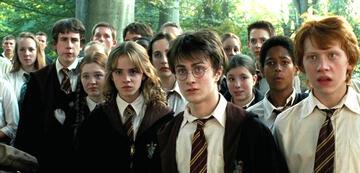 Harry Potter mit vielen Hogwarts-Schülern im 3. Jahr