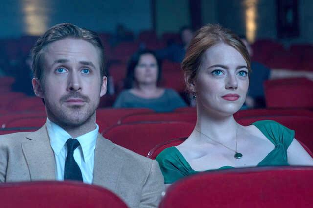 Irgendwann sitzen auch Ryan Gosling und Emma Stone das erste Mal vor der Glotze.