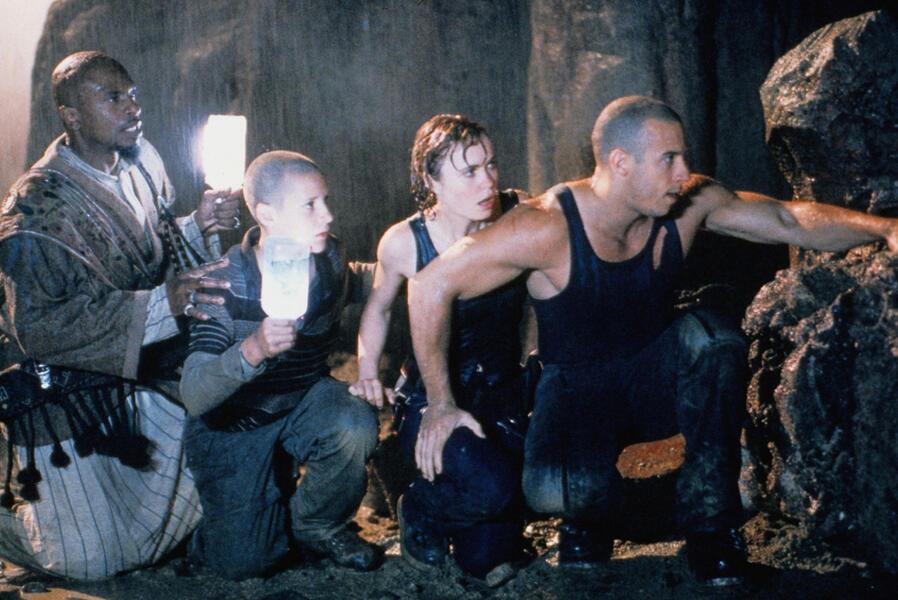 Pitch Black - Planet der Finsternis mit Vin Diesel, Radha Mitchell, Keith David und Rhiana Griffith