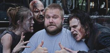 Bild zu:  Robert Kirkman am Set von The Walking Dead